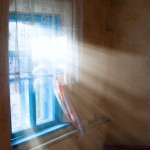 Tageslicht fällt durchs Fenster - Im Winter helfen Tageslichtlampen